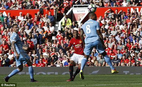 M.U vs Stoke City (1-1): 'Quy do' bi niu chan - Anh 17