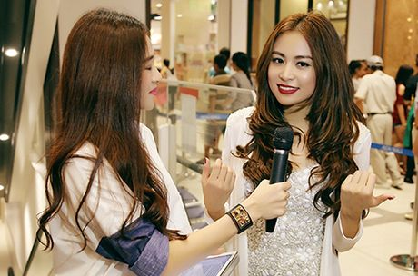 Hoang Thuy Linh dien jumpsuit ngan, nhay sexy - Anh 5