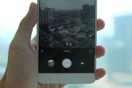3 smartphone xach tay hap dan tai Viet Nam dau thang 10 - Anh 2