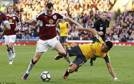 Arsenal thang may man nho ban thang bang vang cua Laurent Koscielny - Anh 1