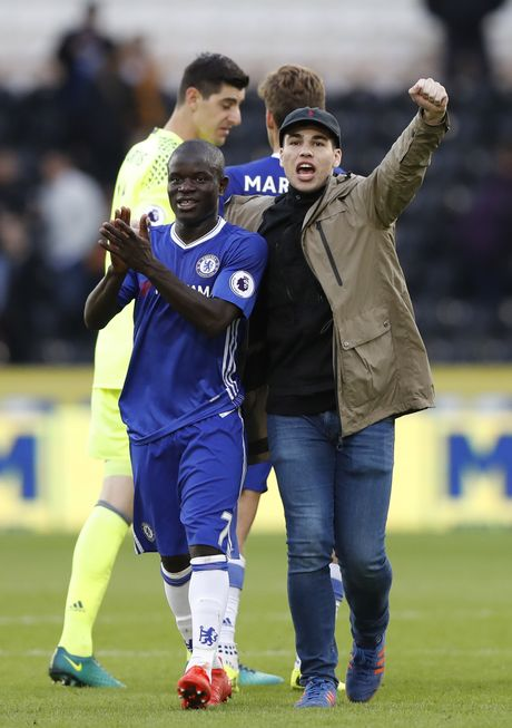 Fan lao vao san mung Chelsea gianh chien thang - Anh 5