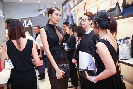 Lan Khue, Ha Anh doi lap phong cach o su kien - Anh 2
