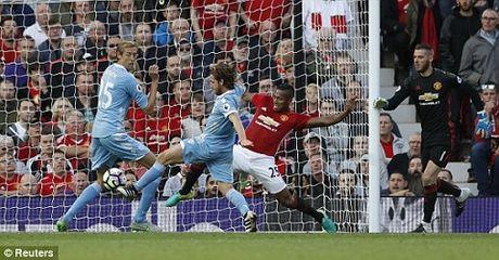 Man United 1-1 Stoke City: Anthony Martial ghi ban, 'Quy do' van bi cam chan tren san nha - Anh 1