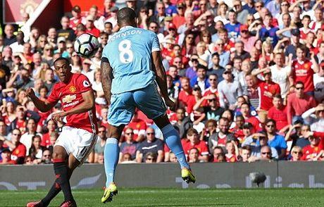 Man United 1-1 Stoke City: Anthony Martial ghi ban, 'Quy do' van bi cam chan tren san nha - Anh 2