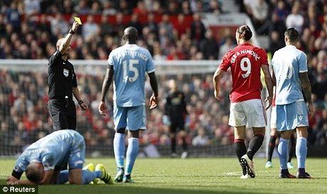Man United 1-1 Stoke City: Anthony Martial ghi ban, 'Quy do' van bi cam chan tren san nha - Anh 3