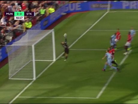 Man United 1-1 Stoke City: Anthony Martial ghi ban, 'Quy do' van bi cam chan tren san nha - Anh 4