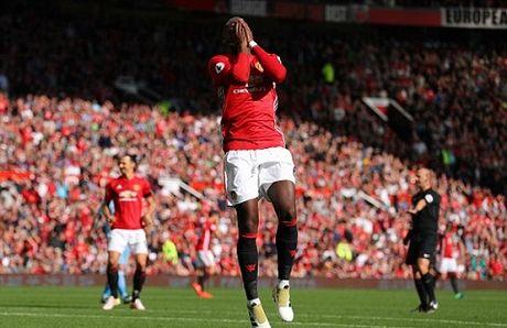 Man United 1-1 Stoke City: Anthony Martial ghi ban, 'Quy do' van bi cam chan tren san nha - Anh 7