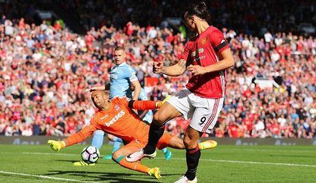 Man United 1-1 Stoke City: Anthony Martial ghi ban, 'Quy do' van bi cam chan tren san nha - Anh 8