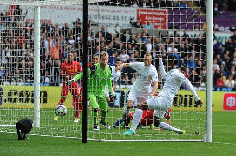 Chum anh: Thang nguoc Swansea, Liverpool chiem ngoi nhi Premier League - Anh 2