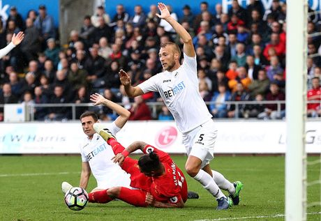 Chum anh: Thang nguoc Swansea, Liverpool chiem ngoi nhi Premier League - Anh 8