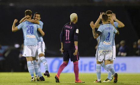 Pique lap cu dup, Barca van thua muoi mat truoc Celta - Anh 2