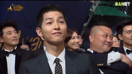 Song Joong Ki gom mot luc 3 giai thuong truyen hinh - Anh 2