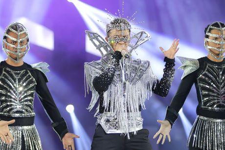 Diamond Show Dam Vinh Hung: Choi ngong, doc va la - Anh 1