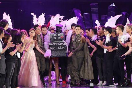 Can canh vien 'kim cuong' khung fan ham mo tang Mr.Dam trong liveshow - Anh 3