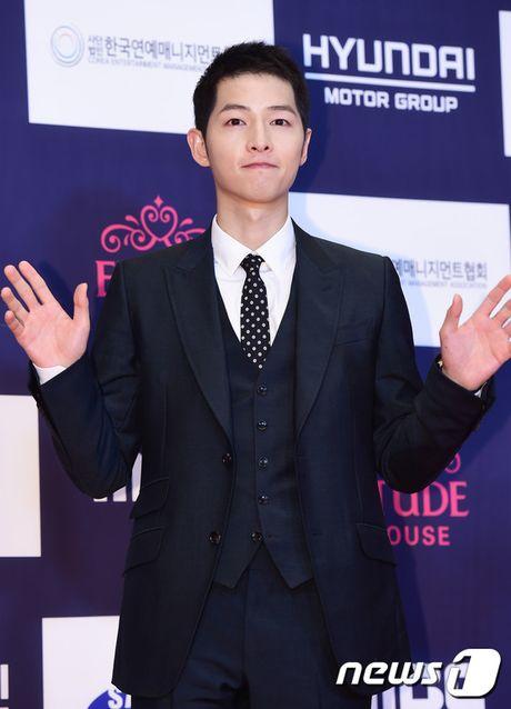 "Vui ve di du lich nuoc ngoai, Song Hye Kyo ""bo roi"" Song Joong Ki tren tham do - Anh 4"