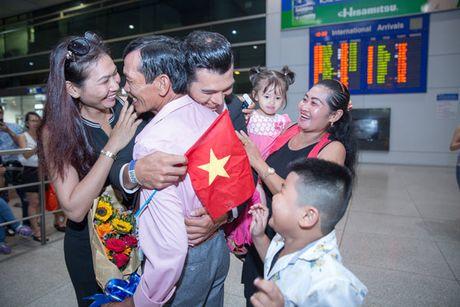 Khanh Ngan The face ra tan san bay don A vuong Ngoc Tinh - Anh 2
