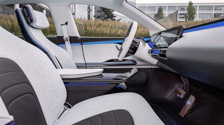 Man nhan voi Mercedes-Benz Generation EQ concept - Anh 10