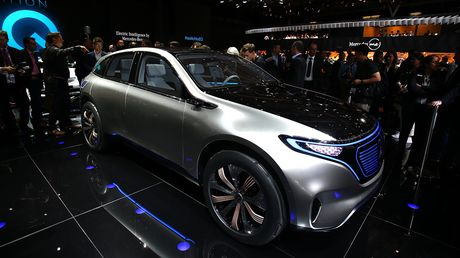 Man nhan voi Mercedes-Benz Generation EQ concept - Anh 2