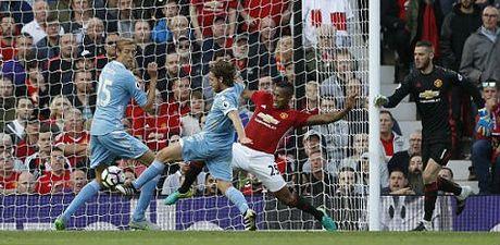 Video HOT NHA: Ban thua khien Mourinho, Pep chet lang - Anh 2
