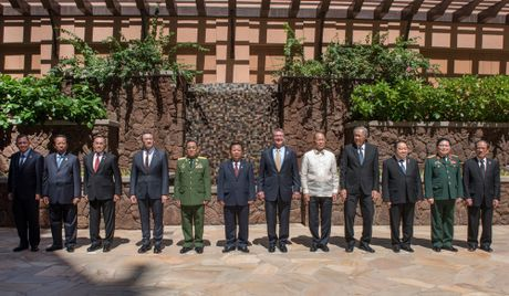 Bo truong quoc phong ASEAN xem Hai quan My thao dien do bo luc soat tau - Anh 3
