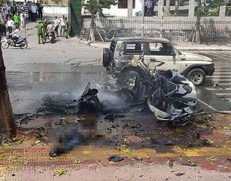 Quang Ninh: Taxi bat ngo phat no tren duong, 2 nguoi tu vong - Anh 1