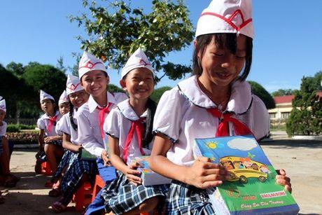 Quang Tri: Mien hoc phi cho 13.000 hoc sinh vung bien bi anh huong boi su co ca chet - Anh 1