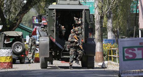 Doanh trai quan doi An Do o Kashmir bi tan cong - Anh 2
