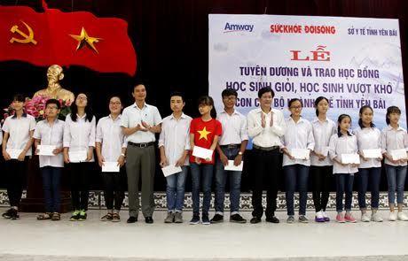 Bao Suc khoe&Doi song trao tang hoc bong cho con em can bo nganh y te Yen Bai - Anh 4
