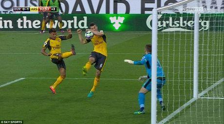 CDV Arsenal nhu 'vo oa' sau ban thang MAY MAN cua Koscielny - Anh 1