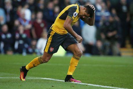 DIEM NHAN Burnley 0-1 Arsenal: Phao thu tang qua Wenger, Oezil van thieu on dinh - Anh 1