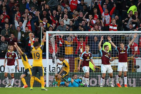 Thang nhoc Burnley, Arsenal giu vung vi tri trong top 3 - Anh 2