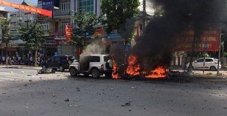 No xe taxi o Quang Ninh: Chung cu hanh khach dung min tu sat - Anh 1