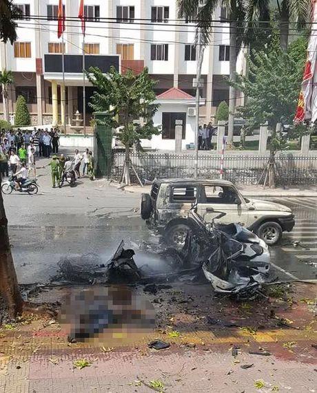 No xe taxi o Quang Ninh: Chung cu hanh khach dung min tu sat - Anh 2