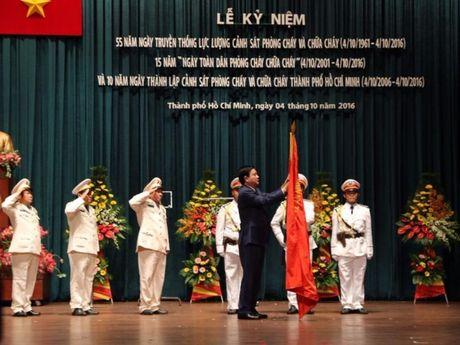 Canh sat PCCC TP.HCM nhan huan chuong Bao ve To quoc - Anh 1