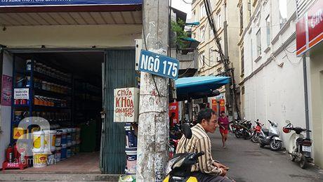 Xon xao vu nguoi dan ong sam so co gai tre tren pho Cau Giay roi quay sang to co gai an cap - Anh 2