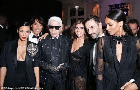 'Cong than Chanel': Kim Kardashian bi cuop vi thich khoe cua - Anh 3