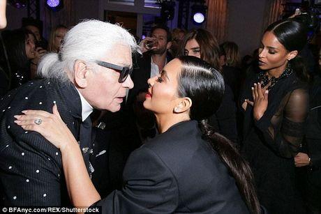 'Cong than Chanel': Kim Kardashian bi cuop vi thich khoe cua - Anh 4