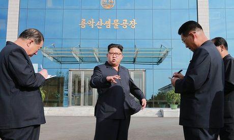 Quan chuc lo suc khoe cho ong Kim Jong-un dao tau? - Anh 1