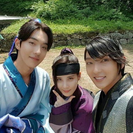 Sao Han 5/10: Seo Hyun nhi nhanh ben 2 hoang tu dep trai, Sulli da trang non - Anh 8