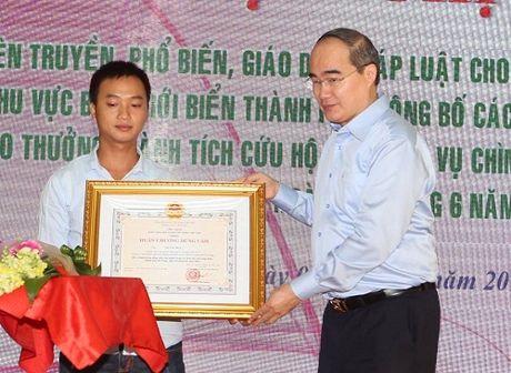 Khen thuong thuyen vien cuu khach du lich vu lat tau tren song Han - Anh 1