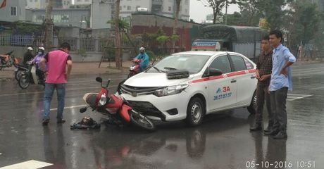 Sang duong bat can, xe may bi taxi dam truc dien - Anh 1