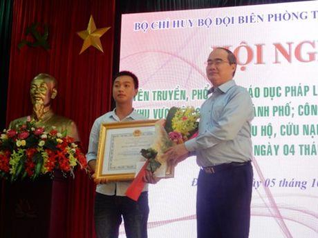 Da Nang trao Huan chuong Dung cam cho thuyen vien - Anh 1