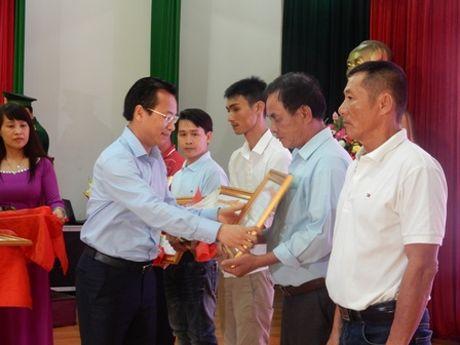 Da Nang trao Huan chuong Dung cam cho thuyen vien - Anh 2