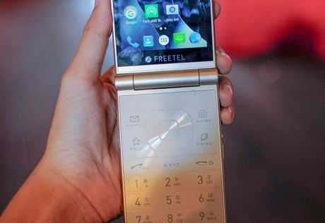 Smartphone nap gap 2 man hinh den tu Nhat Ban - Anh 8