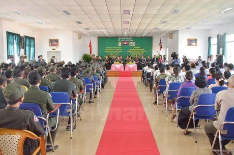 Bac sy Viet Nam kham, mo mat tu thien cho nguoi dan Campuchia - Anh 1
