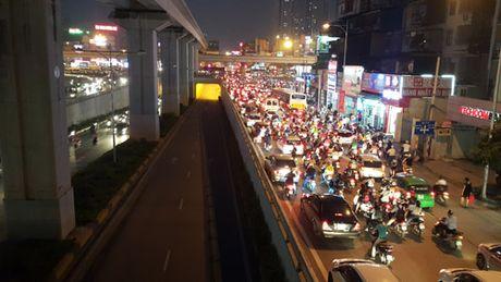 HN: Cam phuong tien de phuc vu lap dam duong sat tren cao - Anh 1