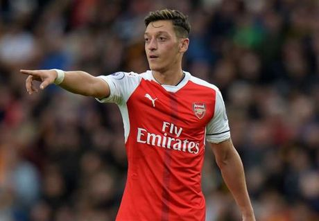 Oezil he lo hinh mau tai Arsenal - Anh 1