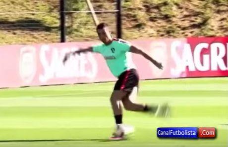 Xem Ronaldo ghi ban kieu rabona - Anh 1