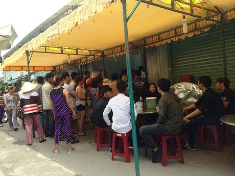 Hon chien kinh hoang o cho Sai Gon, 4 nguoi thuong vong - Anh 2