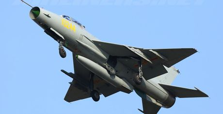 Yak-130 dung truoc nguy co bi F-7G soan ngoi tai Lao - Anh 1